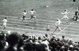 Fanny Blankers Koen: Fanny Blankers-Koen wins gold in the 4x100m relay final