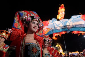 Chinese new year : A woman wearing a traditional costume welcomes visitors in Singapore