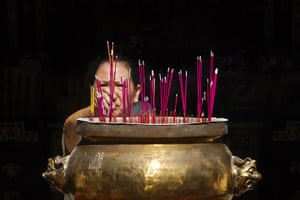 Chinese new year : Chinese Filipinos light incense at the Seng Guan Temple