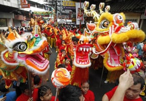 Chinese new year : Filipino-Chinese wait for their turn to perform a dragon dance