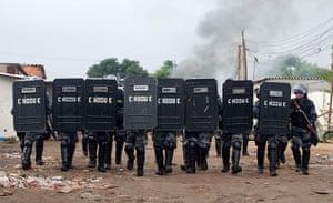 Pinheirinho favela: Police confront residents