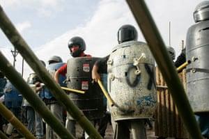 Pinheirinho favela: Residents stand ready to defend their neighbourhood from police