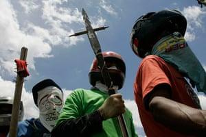 Pinheirinho favela: Pinheirinho perpare themselves for the arrival of the police  January 13