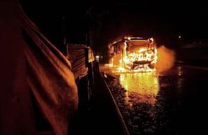 Pinheirinho favela: Bus is seen on fire in front of Pinheirinho slum