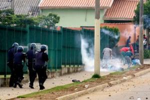 Pinheirinho favela: Police clash with residents