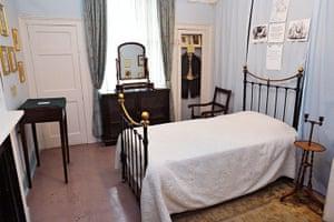 dickens interiors gallery: Bedroom Doughty Street