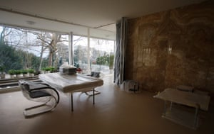 Villa Tugendhat: The living space of Tugendhat Villa dominated by a honey-coloured onyx wall