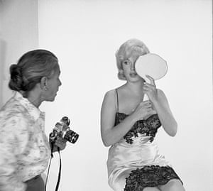 Eve Arnold dies: 1960 Eve Arnold with Marilyn Monroe during the filming of 'The Misfits'