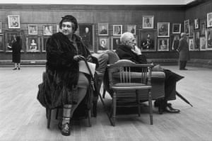 Eve Arnold dies: 1961 Dora Grubb and amateur painter at the Royal Academy of Arts