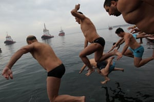 Epiphany: Swimmers race to catch a wooden cross in Thessaloniki