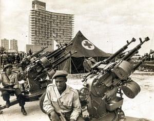 Cuban missile crisis : Cuban militiamen manning an anti-aircraft battery