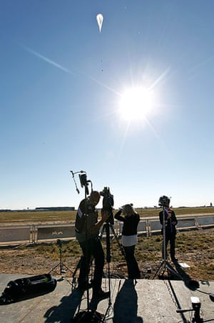Felix Baumgartner: A television crew films the capsule and attached helium balloon