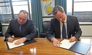 David Cameron and Alex Salmond signing the agreement on a Scottish independence referendum