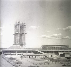 Oscar Niemeyer: A view of the National Congress under construction in Brasilia