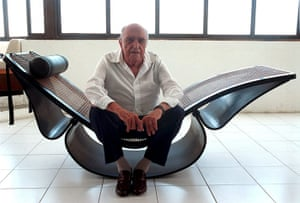 Oscar Niemeyer: Niemeyer site on a lounge chair that he designed