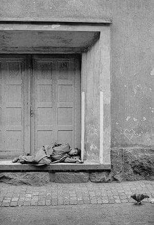 PENTTI: Man sleeping in doorway by Pentti Sammallahti