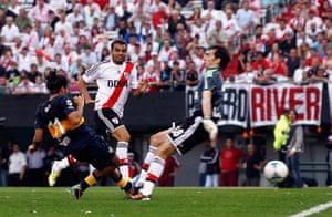 Boca Juniors River Plate: Walter Erviti scores