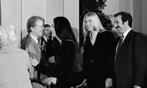 Президент Джимми Картер приветствует певицу Шер и ее мужа Грегга Аллмана