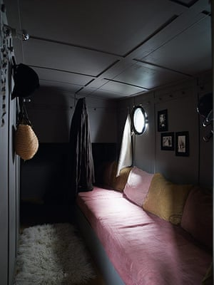 Homes: Paris Boat: Bedroom on houseboat