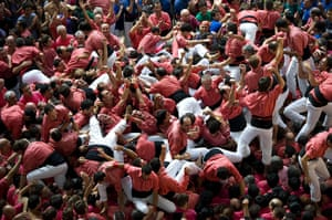 Tarragona Castells : The Vella de Valls celebrate after building their tower