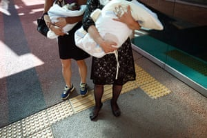 FTA: Kim Hong-Ji: Ward officials hold abandoned babies