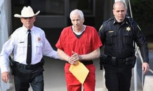 杰里桑达斯基在宾夕法尼亚州Bellefonte的儿童性虐待案件判刑后离开了中心县法院。宾夕法尼亚州立大学前足球教练桑达斯基被判处30至60年监禁。