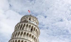 The leaning tower of Pisa with the banner along the top