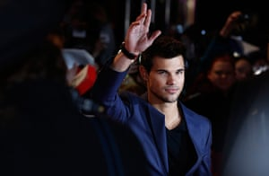 Twilight London premiere: Actor Taylor Lautner waves to fans