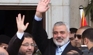 Egyptian Prime Minister Hisham Kandil (L) and senior Hamas leader Ismail Haniyeh wave to people in Gaza City