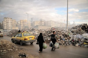 20 Photos: Syrians carry their rubbish to a mountain of garbage  in Aleppo, Syria