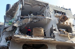 Israel Gaza : Palestinians salvage belongings from a destroyed building in Gaza City