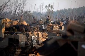 Israel Gaza : Israeli soldiers prepare weapons and vehicles
