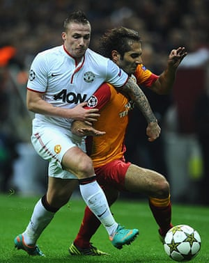 Tuesday champions league: Alexander Buttner tussles with Hamit Altintop