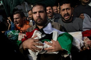 Bernat Armangue: Palestinians carry bodies of members of the al-Dallu family in Gaza