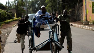 Goma fighting: A disabled man is rushed to the border to escape the fighting