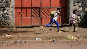 Goma fighting: Kids running for cover