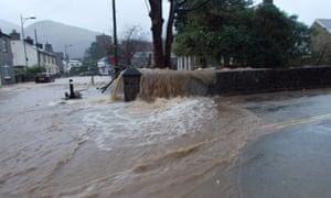 Overflow: floods in Llanberis. Afon goch-River. By ohefin/Hefin Owen.