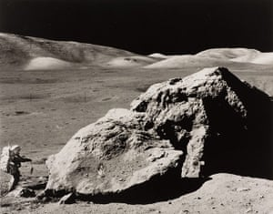 Space: Geological survey walk on the moon