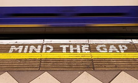 mind the gap sign at bank underground station
