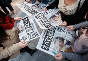 World election reaction: Tokyo, Japan: People read newspapers reporting Barack Obama's re-election