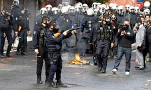 Turkish riot police clash with pro-Kurdish demonstrators