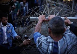Egypt protests: Egyptian protesters take down the barbed wire barrier barricade