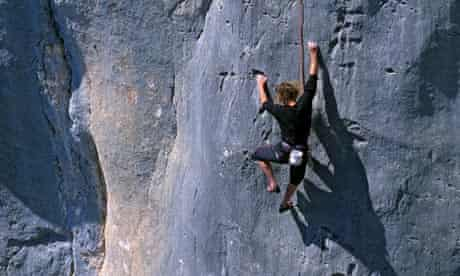 Patrick Edlinger climbs a track in the sector of Pas de la Baou