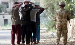 British soldiers take Iraqi prisoners