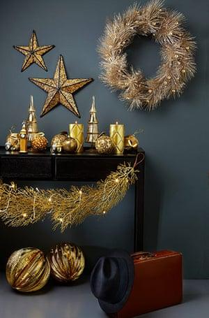 Homes: Christmas: Gold-themed christmas decorations