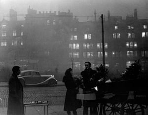 1952 smog crisis: Holiday fog in Victoria Street, Manchester