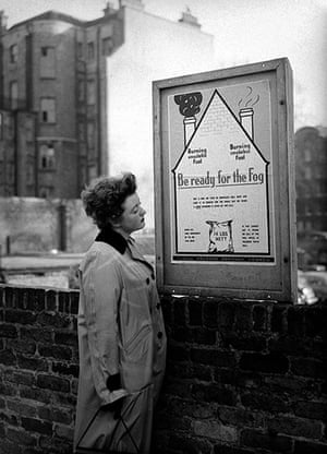 1952 smog crisis: Housewife reads a London borough of Holborn poster