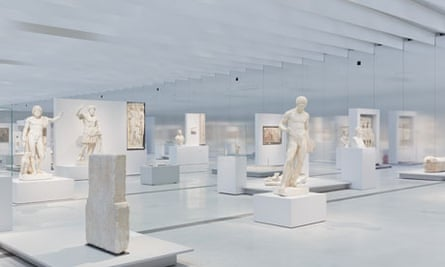 The artefacts are arranged in freestanding clusters in the Gallery du Temps
