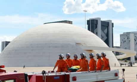 Niemeyer's coffin is driven past the National Museum of the Republic in Brasilia