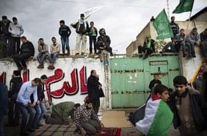 Hamas: Palestinians pray